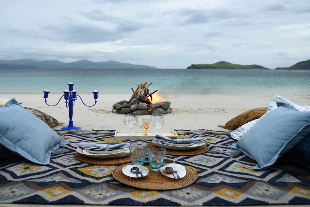 Picknick am Strand, ALEXA Private Cruises - Luxury Yacht Charter, Flores, Indonesien Flitterwochen