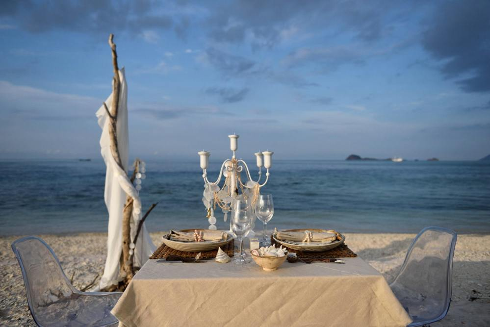Dinner am Strand, ALEXA Private Cruises - Luxury Yacht Charter, Flores, Indonesien Flitterwochen